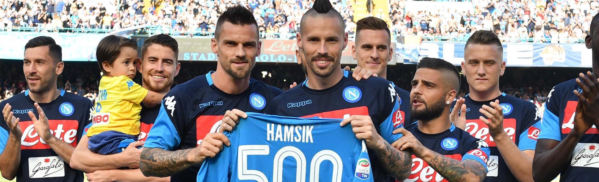 Hamsik premiato con la maglia celebrativa per il traguardo delle 500 partite con il Napoli